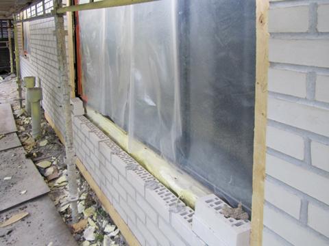 Muurattuun julkisivun jätettiin kauttaaltaan kunnon 30 mm ilmarako, joten tuuletus parani vanhaan rakenteeseen verrattuna huomattavasti. Ilmaraon leventäminen saatiin mahdollistettua tiilen paksuutta hieman kaventamalla. Muurirakenteen tiiveyttä parannettiin lisäksi tiivislaastilla.
