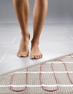 Vesikiertoinen lattialämmitys laminaatin alle