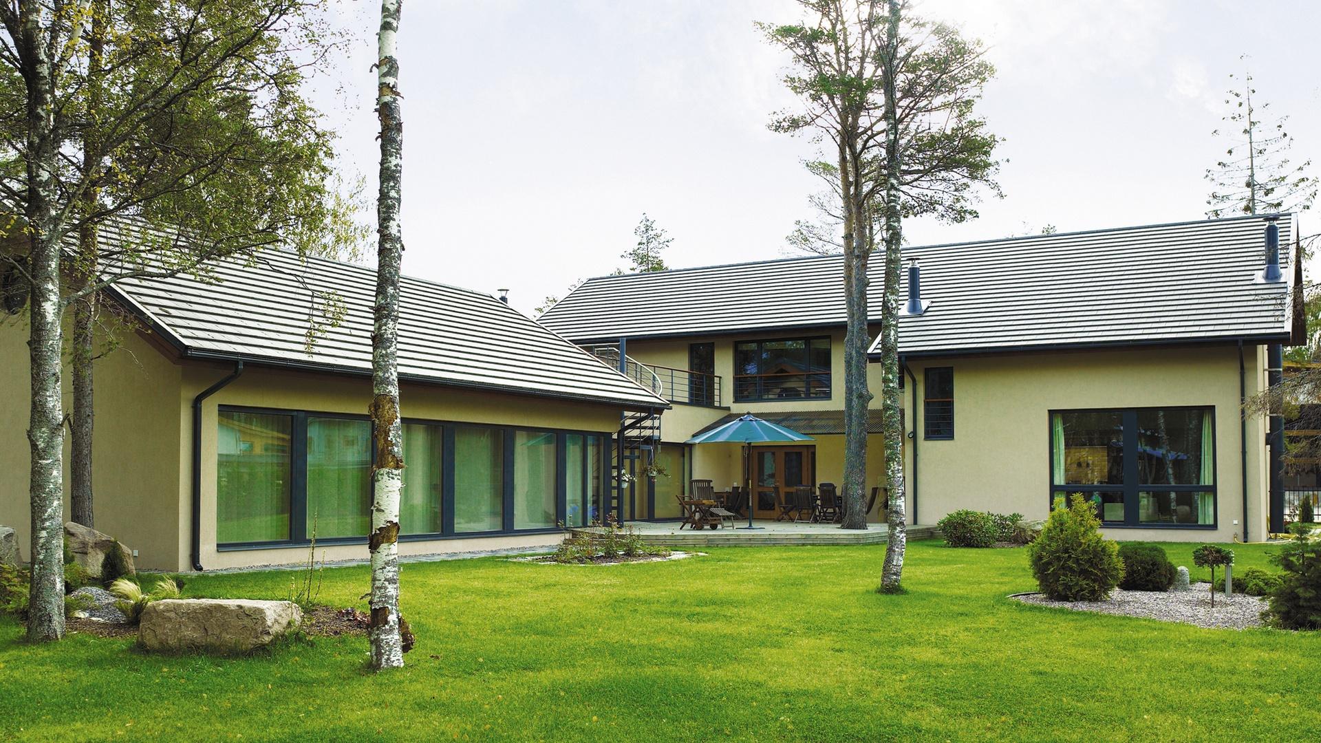 Laattamainen betonikattotiili Minster soveltuu erityisen hyvin pelkistettyihin, moderneihin rakennuksiin. Se on kuitenkin kuin kotonaan myös suomalaiskansallisessa hirsirakennuksessa