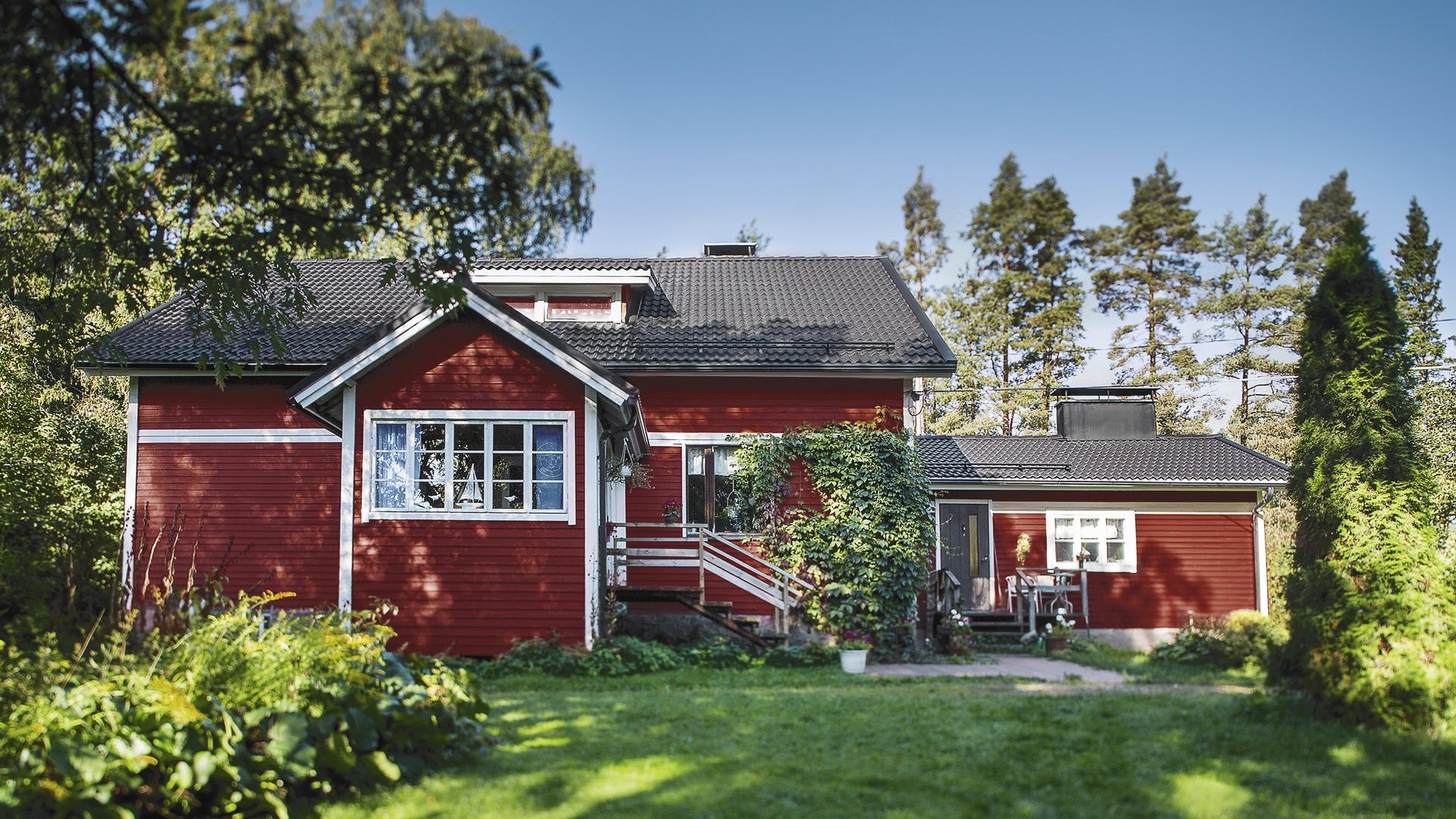 Suomalaiseen arkkitehtuuriin ja maisemaan sopiva Ormax betonitiilikatto on kestävä, äänetön ja talon arvoa nostava vesikatevaihtoehto.
