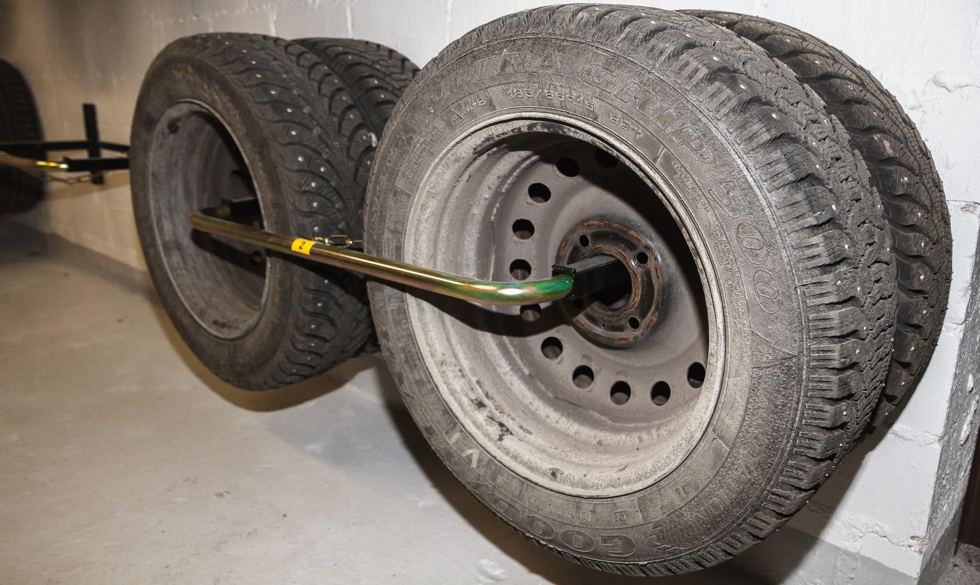 Kellarikerroksiin asennettiin ovella® lukittavat rengastelineet PST-4.