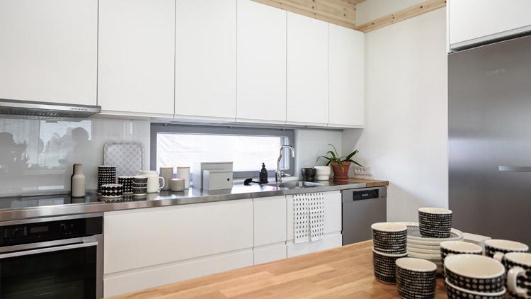 Kodin keittiö on hyvin käytännöllinen. Kalusteet ovat Kontion omaa Kontio Living Kalusteet -mallistoa.