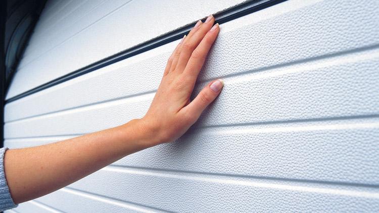 Crawford autotallin ovissa on suojattu rakenne, joka on turvallinen myös pienemmille käyttäjille.