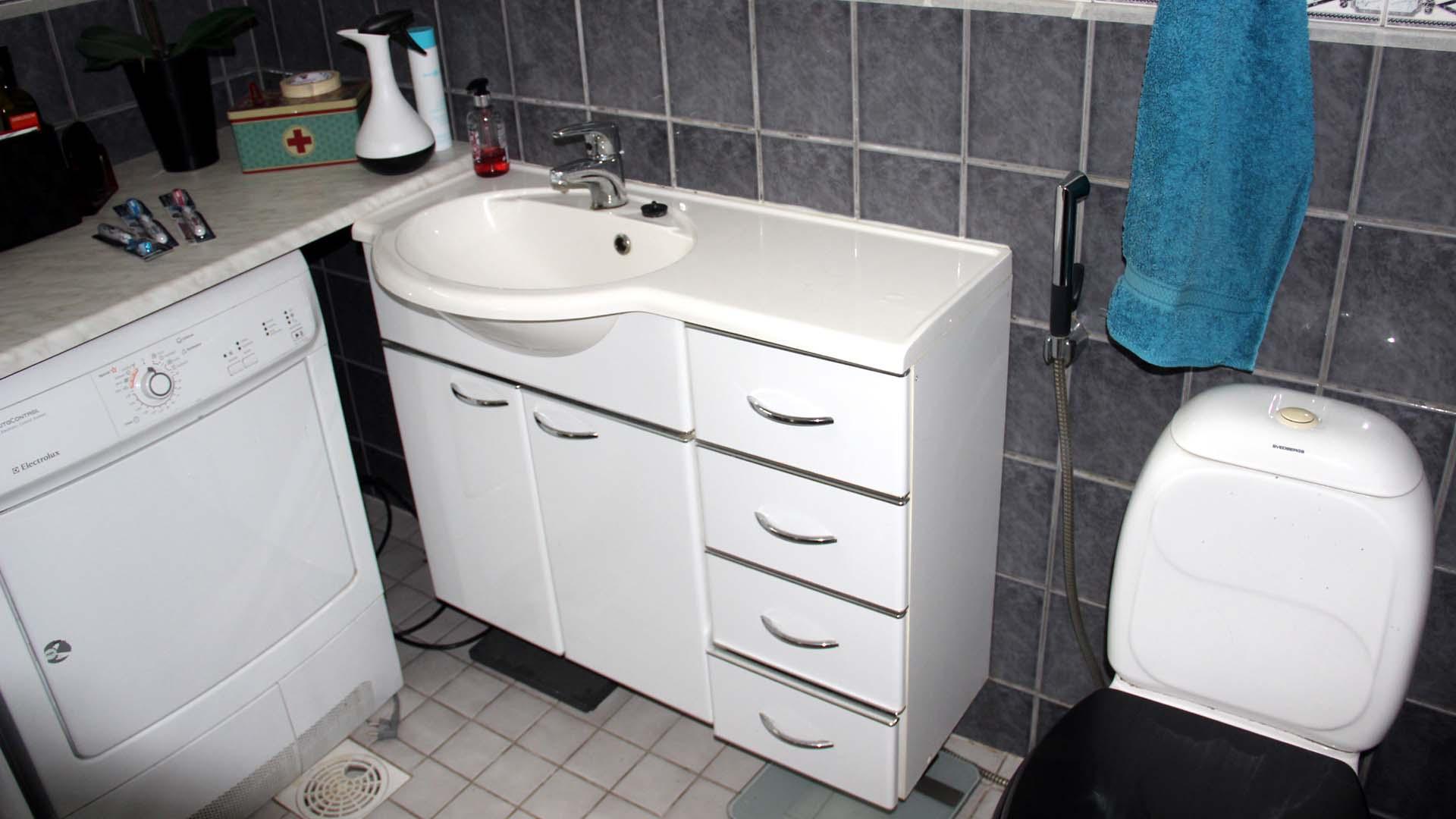 Remontin yhtenä ehtona oli myös, että vaatehuolto joudutaan säilyttämään WC-tilassa.