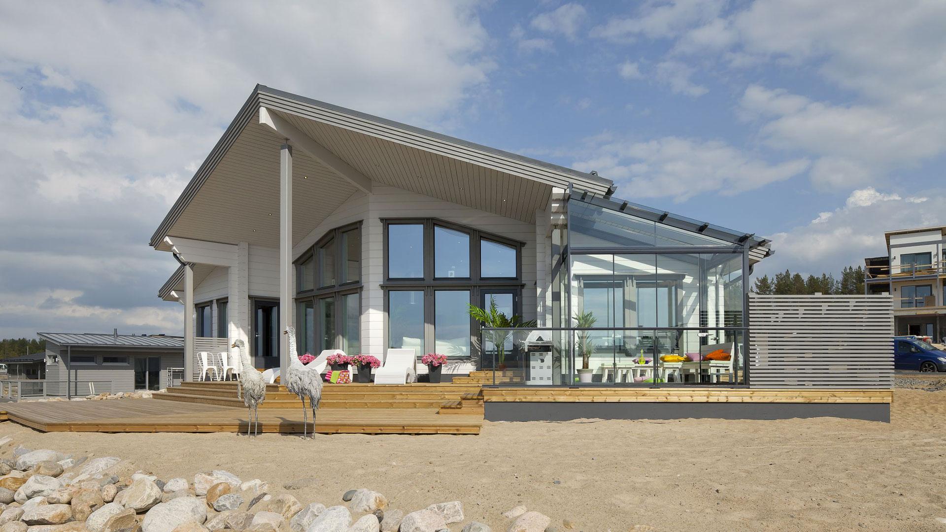 Kalajoella Nuuna-lomatalon sauna on sijoitettu rakennuksen oikeaan etukulmaan, josta matkaa uimaan on vain 10 m. Ulkona oleskeluun on myös panostettu; terassipinta-alaa on 120 m2.