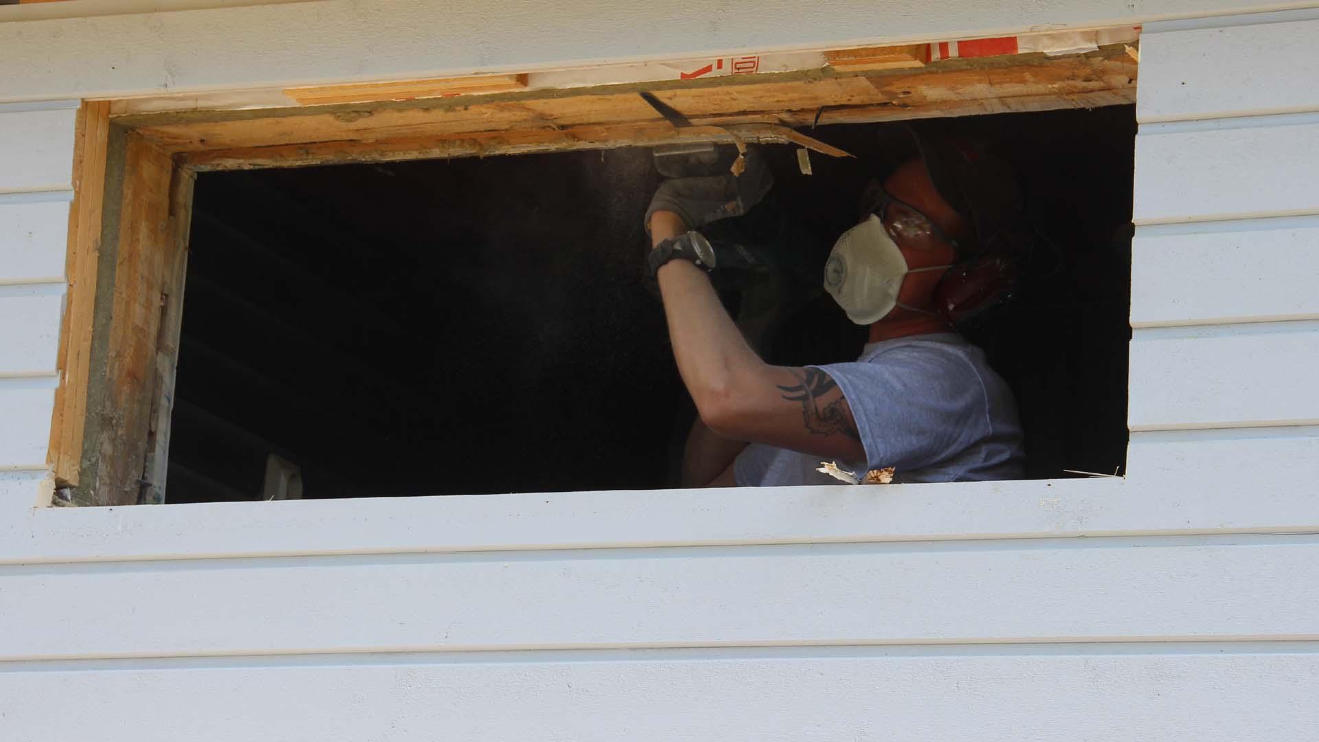 """Ikkuna-aukon purkutöissä jouduttiin käyttämään lievää """"väkivaltaa""""."""