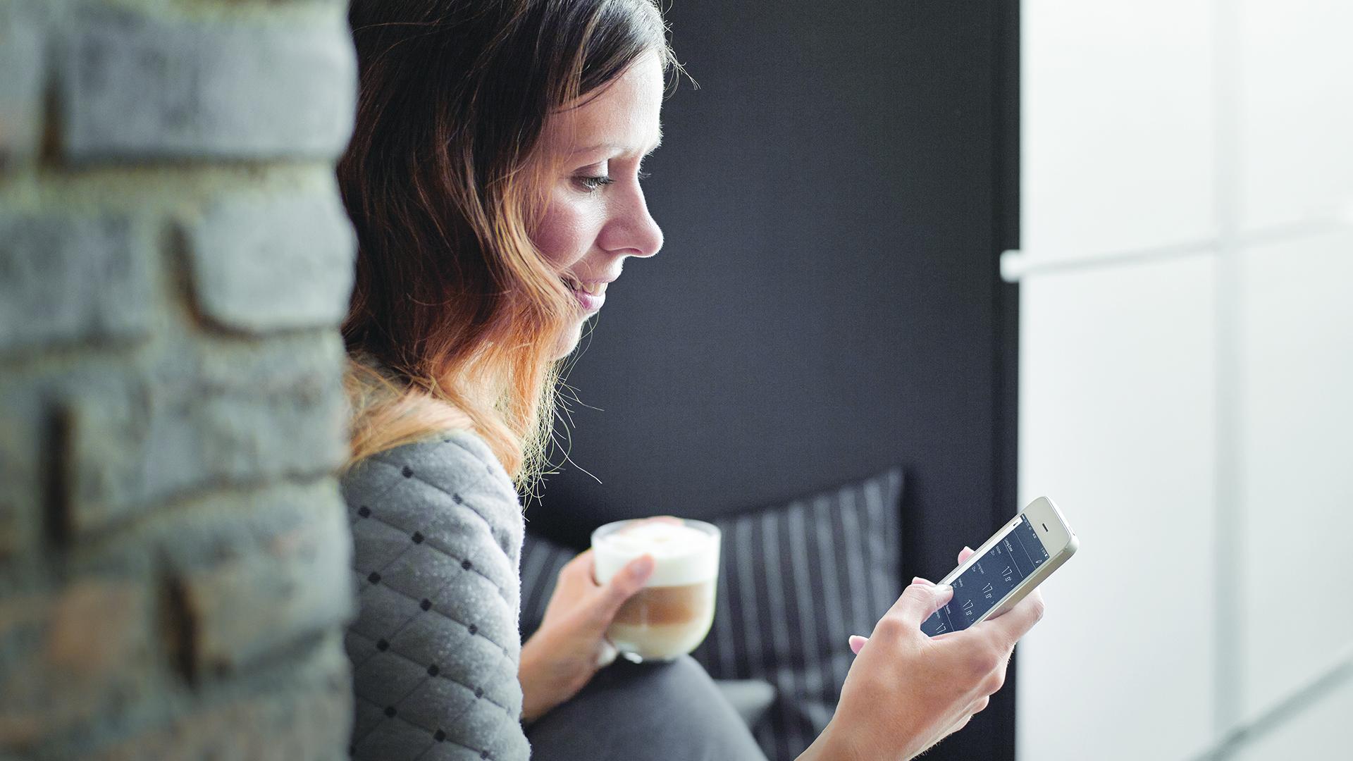 Danfoss mobiilisovelluksen avulla voit säätää huonelämpötilan juuri sopivaksi.