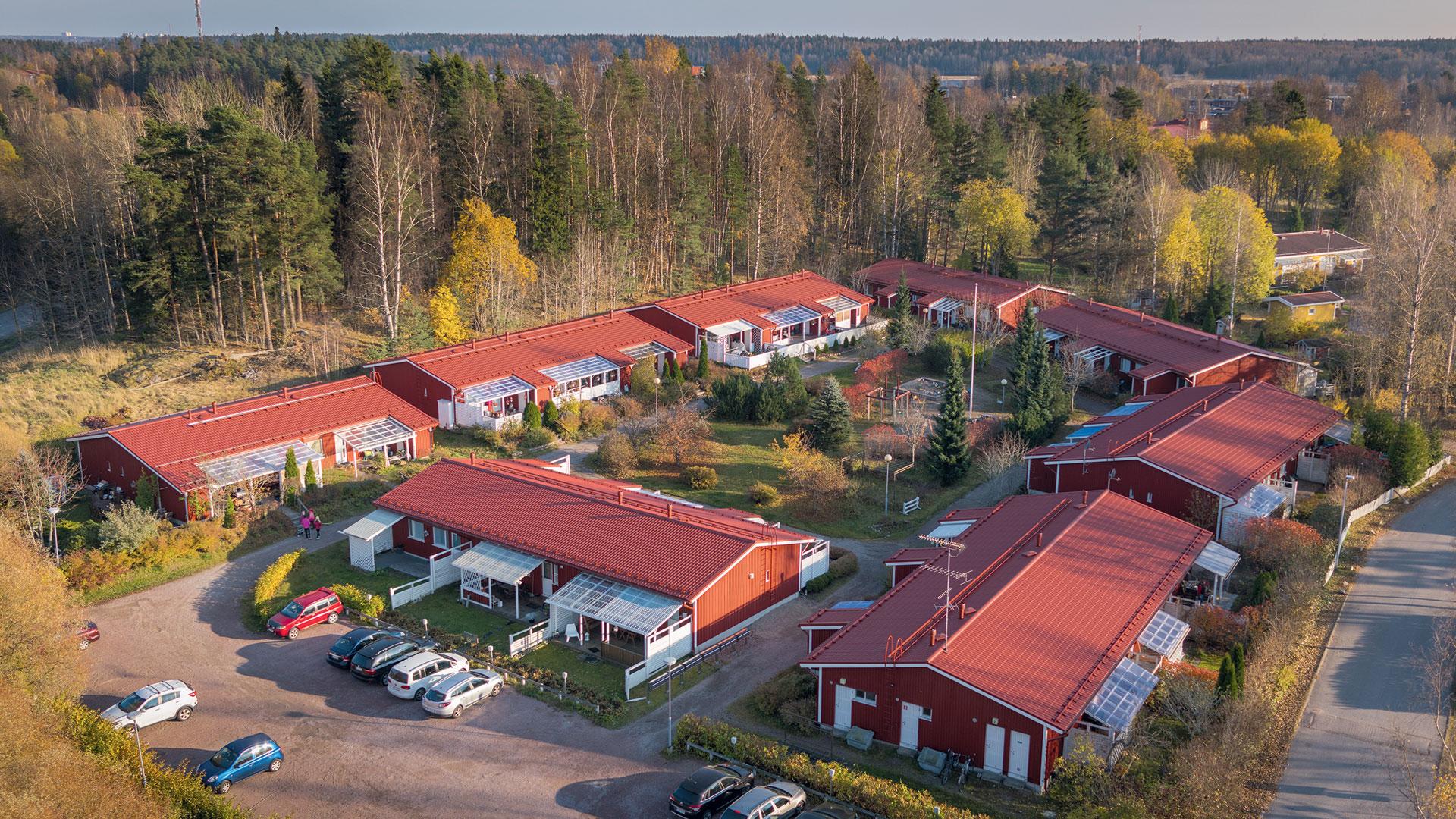 Kaikkiin taloyhtiön kahdeksaan rakennukseen asennettiin Ruukin teräskatteet, sadevesijärjestelmät sekä kattoturvatuotteet.