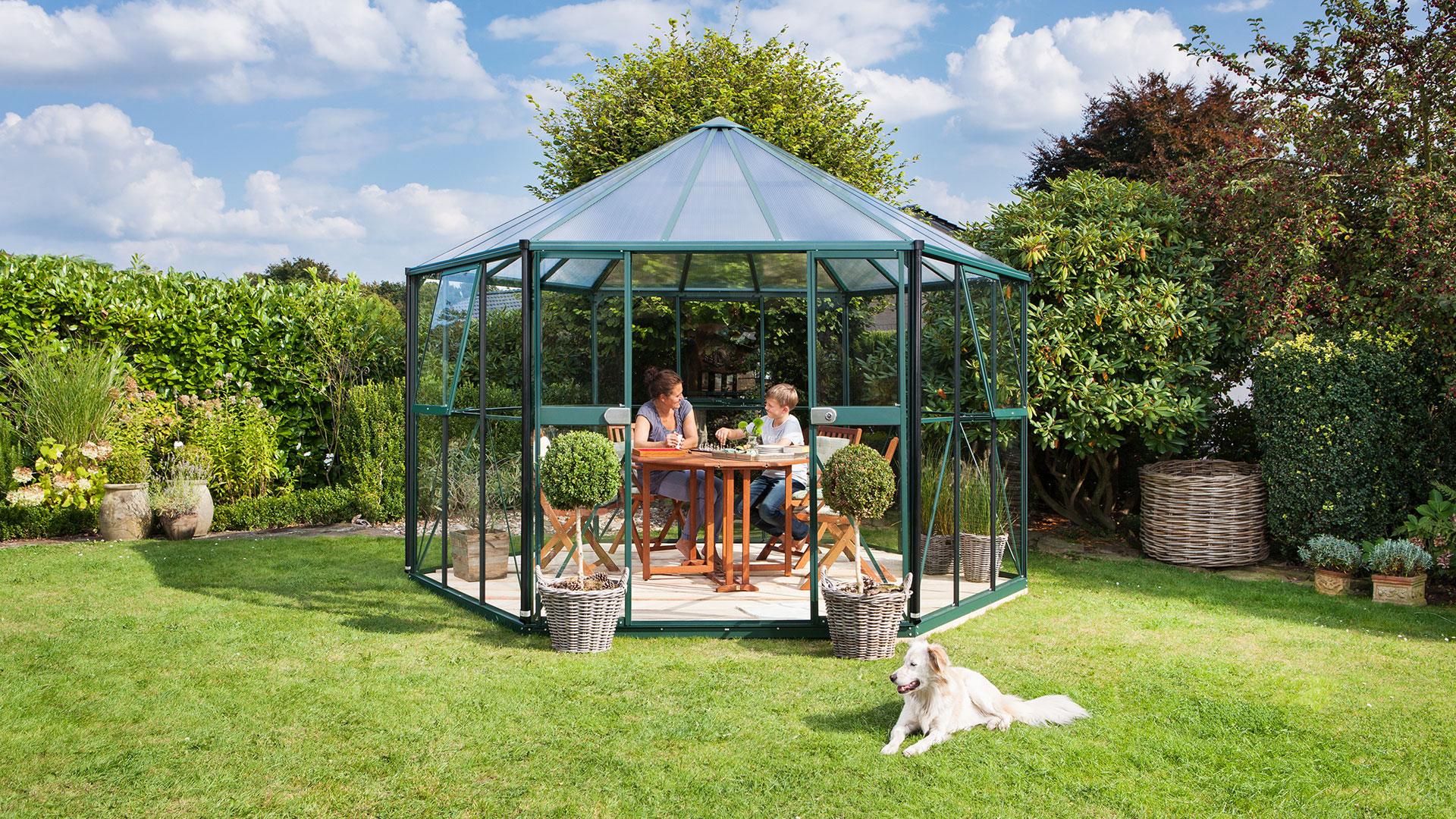 Pyöreä kasvihuone Vitavia Hera 9 m2 tarjoaa runsaasti tilaa tosiharrastajalle.