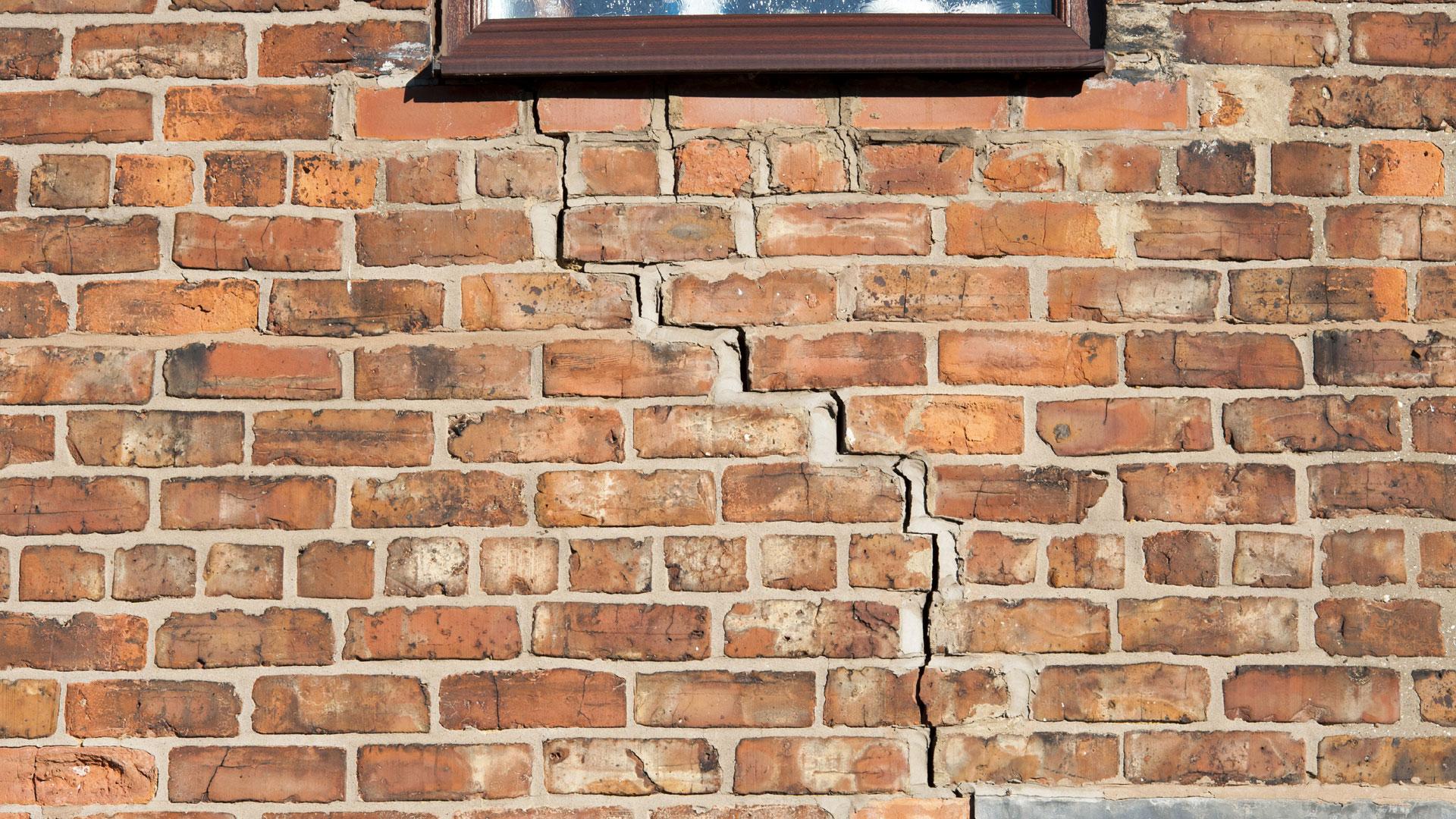 Kun talo painuu vinoon, seiniin alkaa ilmestyä halkeamia viimeistään silloin, kunpainuma on sentin metrin matkalla. Ainoa tapa välttyä painumisen tuottamilta ongelmilta on oikaista talo.
