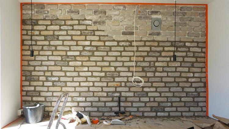 Saumaus tehdään jälkikäteen muurauslaastilla. Suojaa pinnat huolellisesti ennen työn aloittamista.
