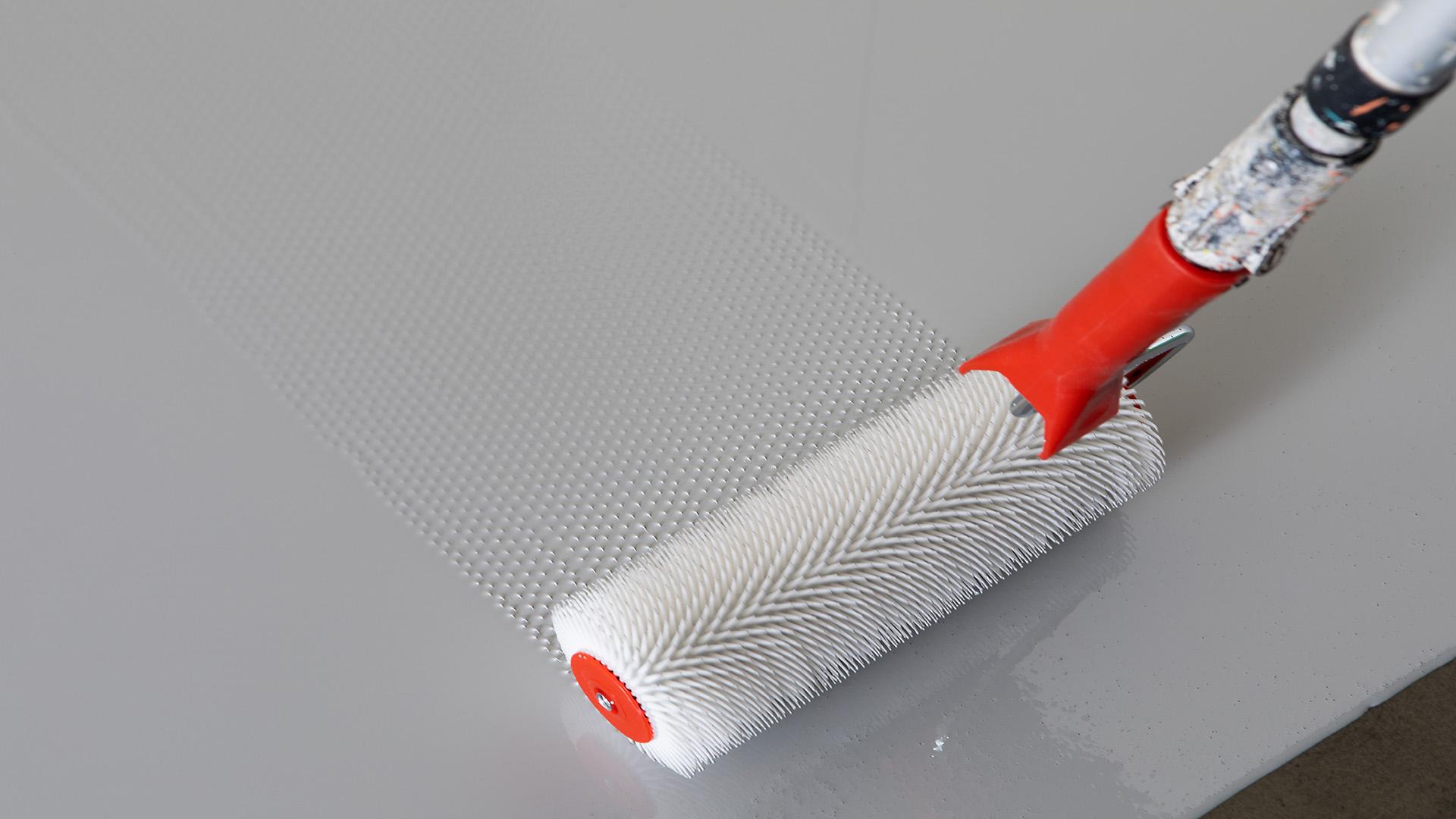 Kiilto Block telataan lopuksi lyhytnukkaisella maali- tai piikkitelalla, jotta sulkuaineen ilmakuplat poistuvat.