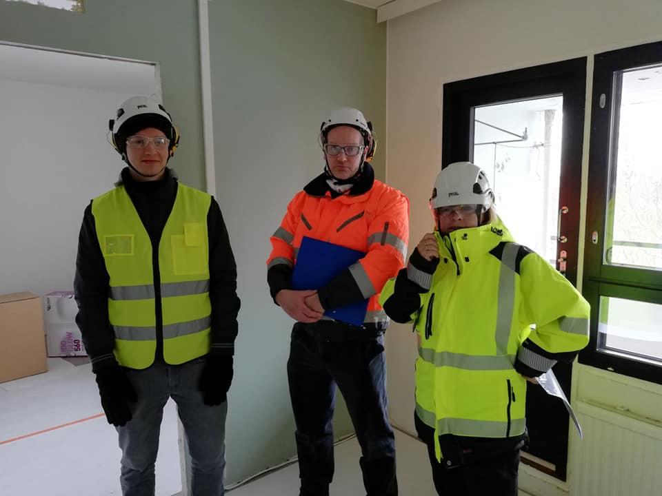 Tahtituotantomallia kehittänyt Kimmo Keskiniva (Tampereen yliopisto), työntutkija Sami Sarkkinen (TTS) ja työhyvinvointikyselyn toteuttanut Anu Ahtela (TTS) HOASin kaksion olohuoneessa Kannelmäen työmaalla. (kuva: Minna Kuusela)