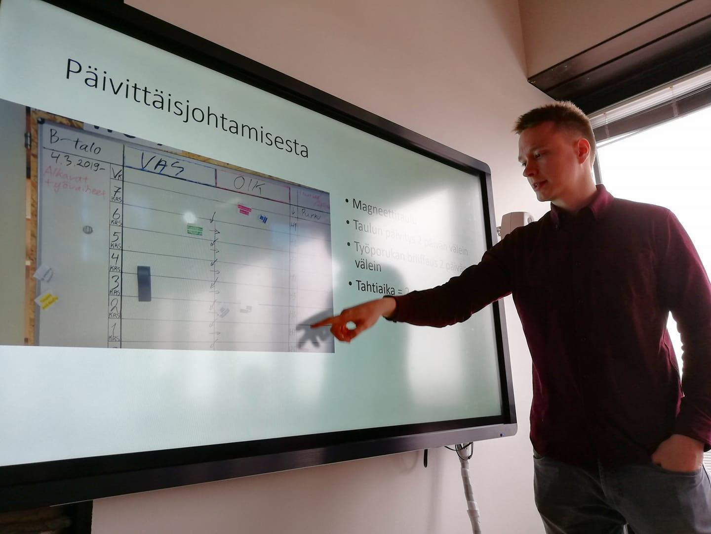 Kimmo Keskiniva esittelee päivittäisjohtamisen keinoja, tässä seinällä olevaa päivitettävää aikataulukaaviota. (kuva: Minna Kuusela)