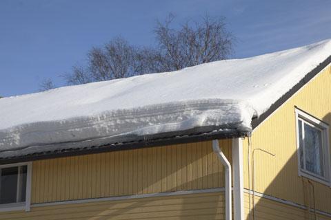 Muista myös siirtää katolta pudotettu lumi pois talon juurelta, jotta sulamisvesi ei kulje perustuksiin.
