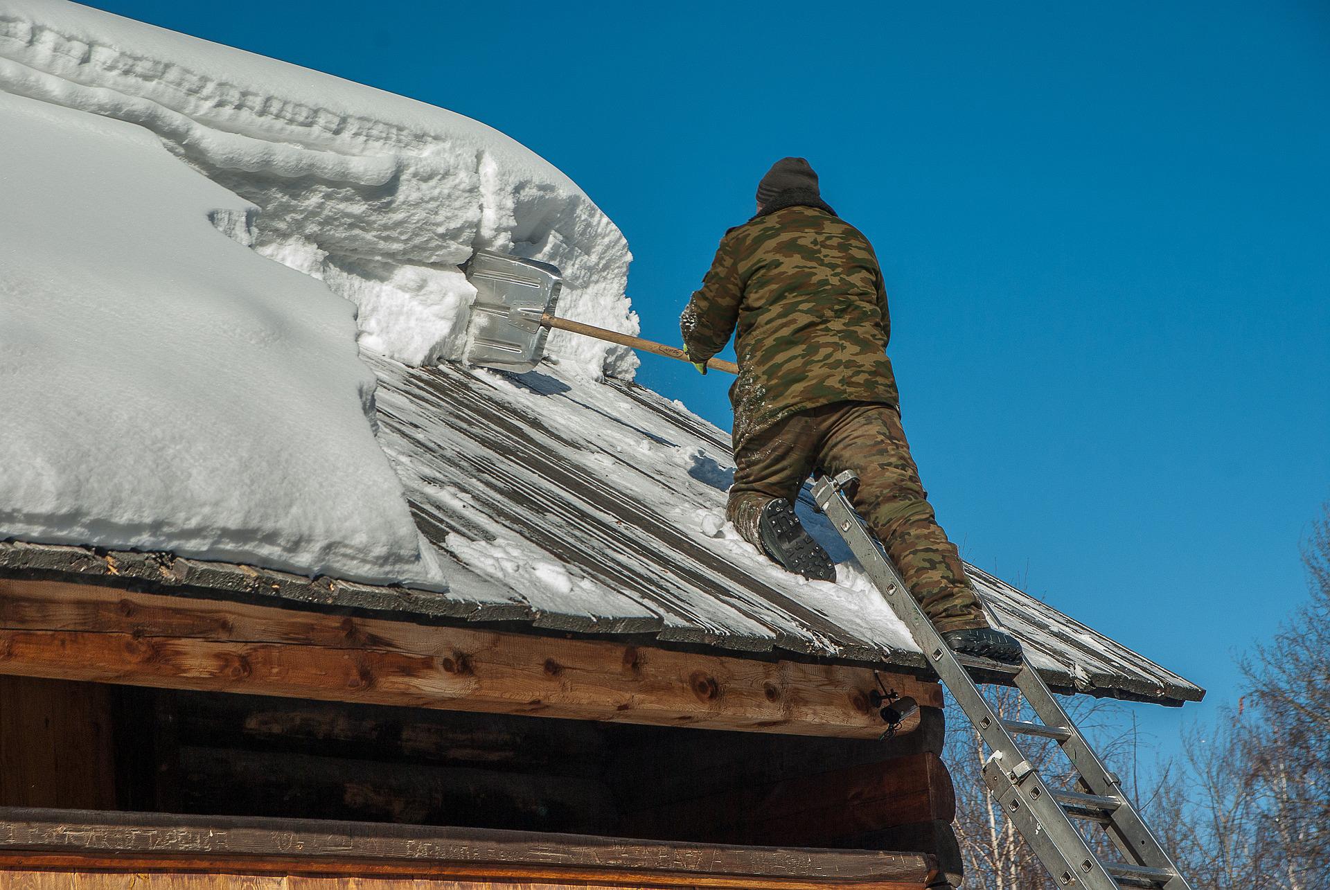 Lumenpudottaja loukkaantuu useammin kuin katto romahtaa. Estä putoaminen esim. valjailla. Kuvassa vaarallinen lumenpudotustilanne.