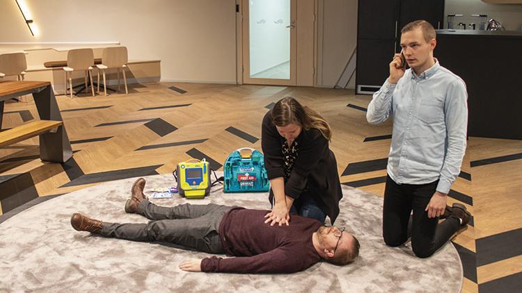 Defibrillaattori on hyvä apu elvytystilanteessa. Se avustaa käyttäjää askel askeleelta.