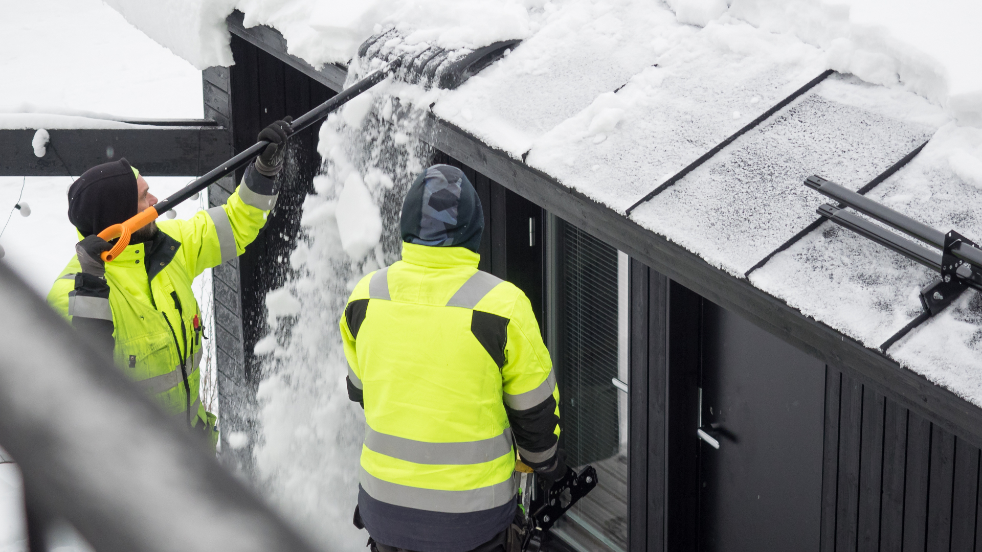 Pohjoisen olosuhteissa lumiesteet suojaavat sadevesijärjestelmää. Asennus onnistuu talvellakin.