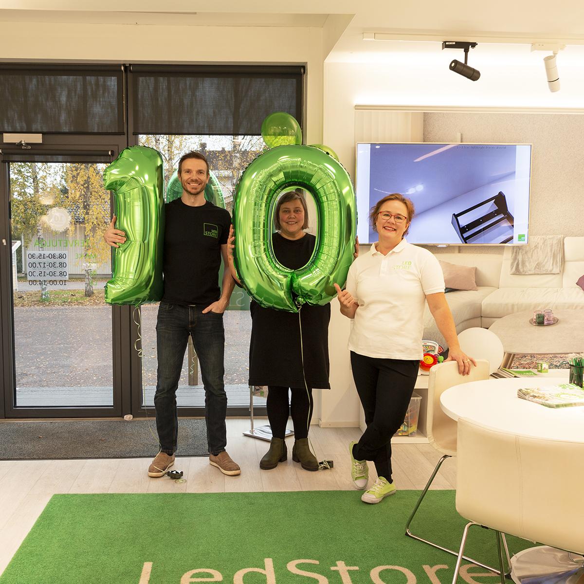 KUVA 4: LedStoren Janne, Liisa ja Sanna ovat ylpeitä 10-vuotiaasta LedStoresta.