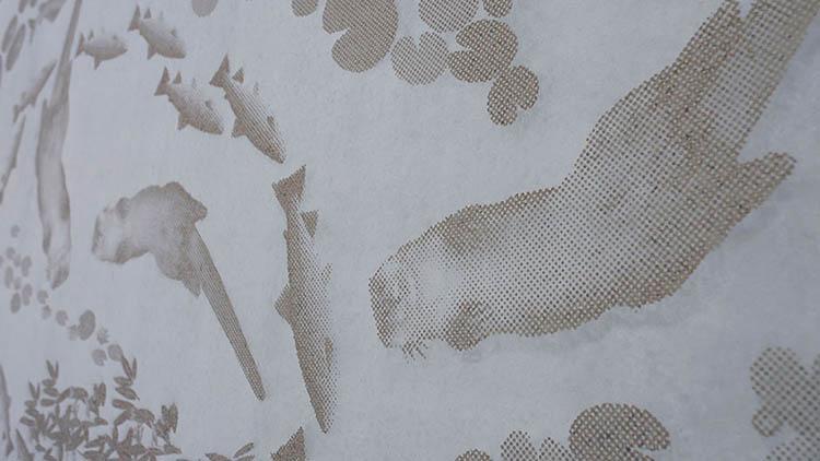 Taideteoksessa on konkreettisesti kysymys jokirannan upean luonnon nostamisesta esiin.