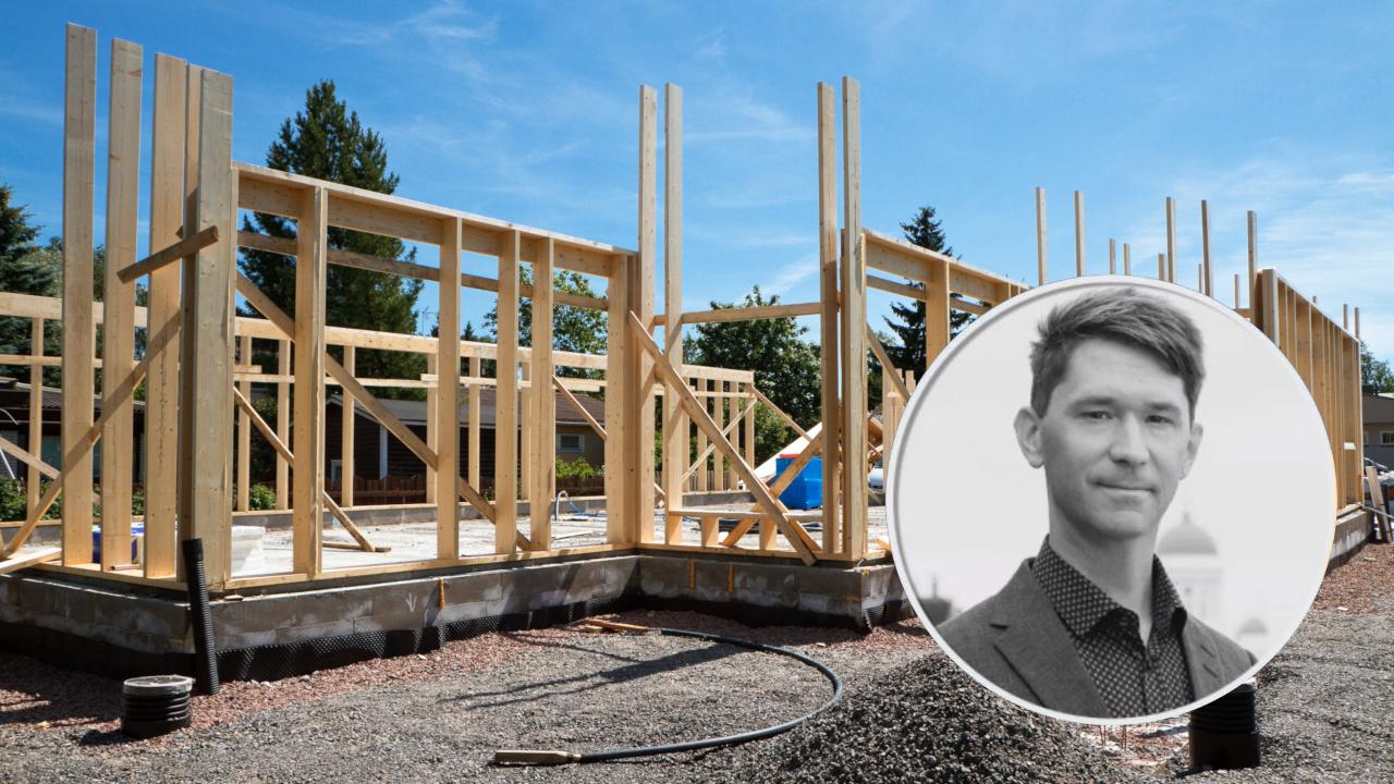 Rakennusteollisuuden pääekonomisti Jouni Vihmo arvioi koronan seurauksien näkyvän rakennustoimialalla viiveellä. Alkuvuonna rakentaminen jopa kasvatti Suomen taloutta.