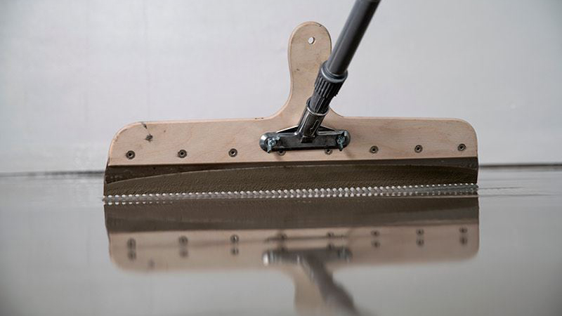 Kiillon tutkimuksessa keskitytään erityisesti selvittämään eri olosuhteiden vaikutusta pumpattavien lattiatasoitteiden kuivumisaikoihin.