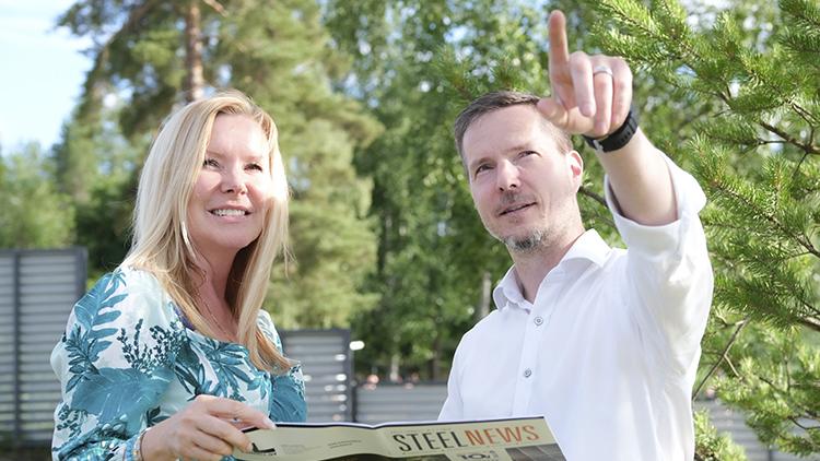 Toimitusjohtaja Leena Lundell ja arkkitehti Matti Kuittinen tarkastamassa Pyörre-talon edistymistä.