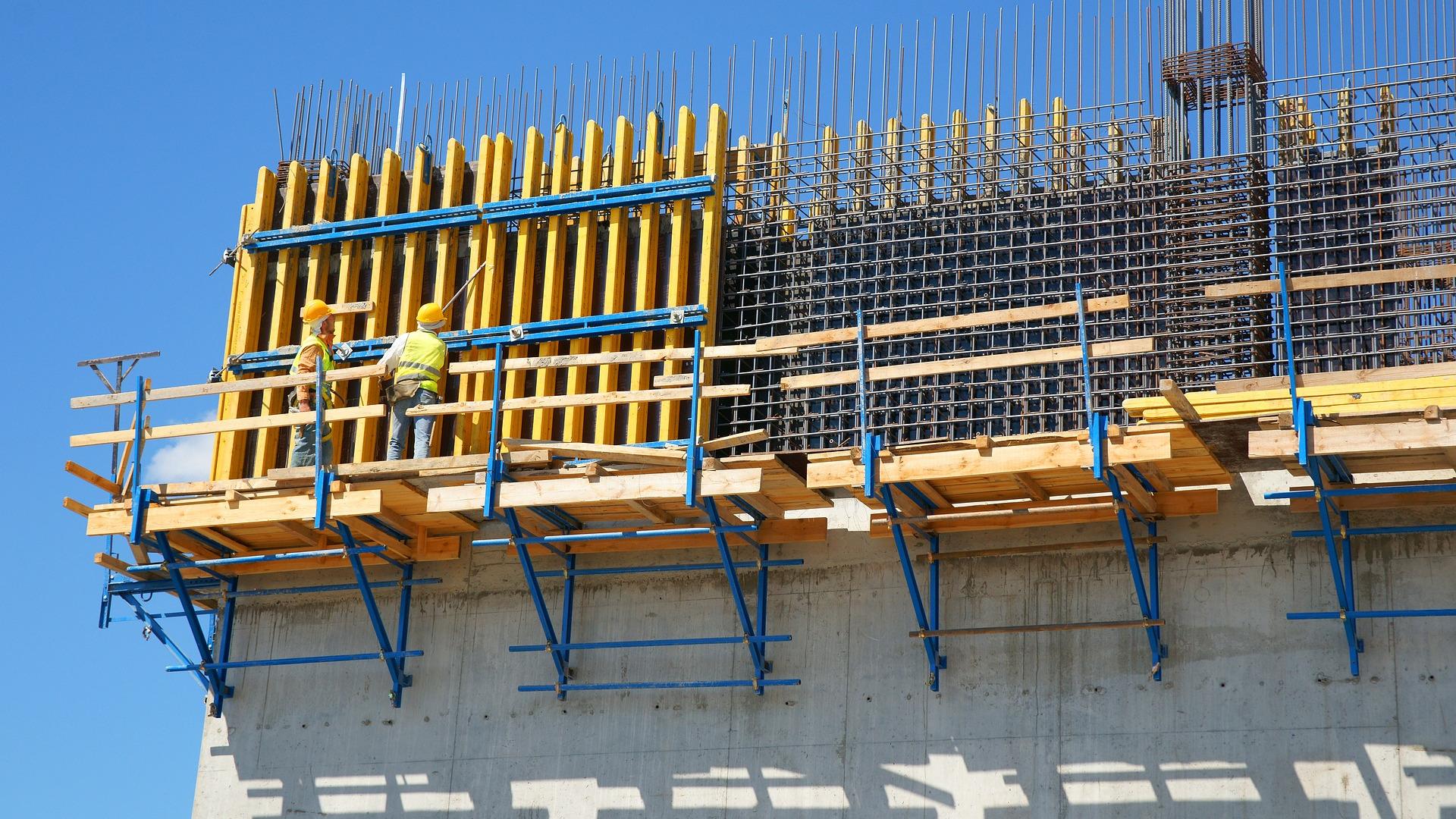(Teräs)betoni on yleistynyt rakennusmateriaalina laajalti, koska betoni kestää puristusta ja teräs vetoa sekä materiaalia on saatavilla yleisesti