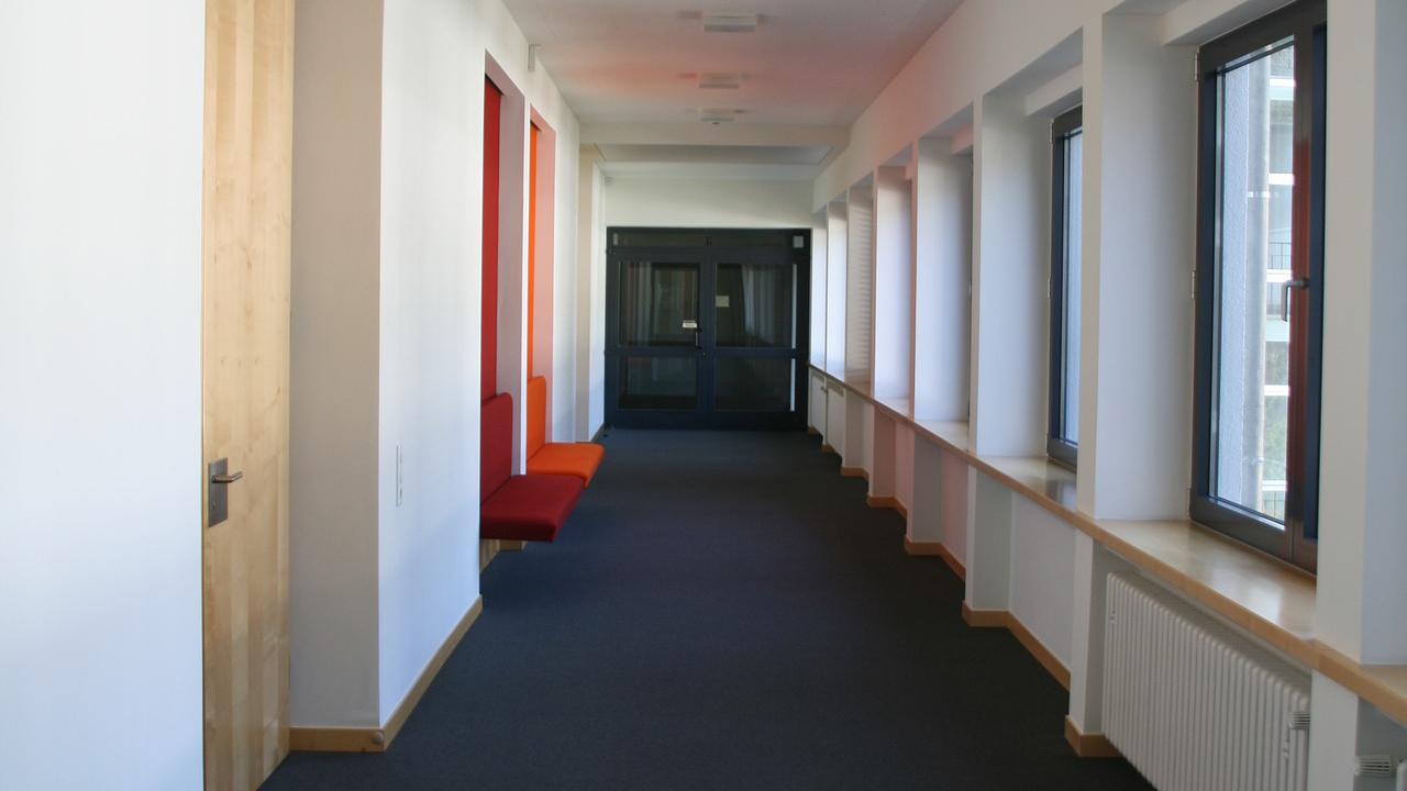 Osastoivat väliovet ovat tyypillisiä muun muassa julkisissa rakennuksissa