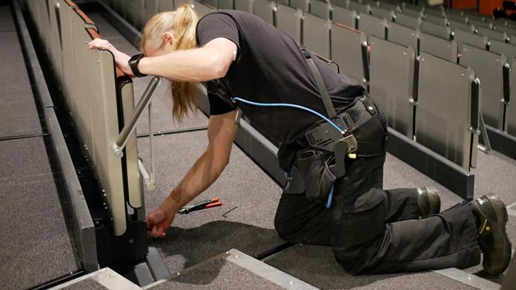 Arkean työntekijät ovat päässeet kokeilemaan exosceletonin käytettävyyttä työssään. Kuva Arkea Oy, Turun Logomo.