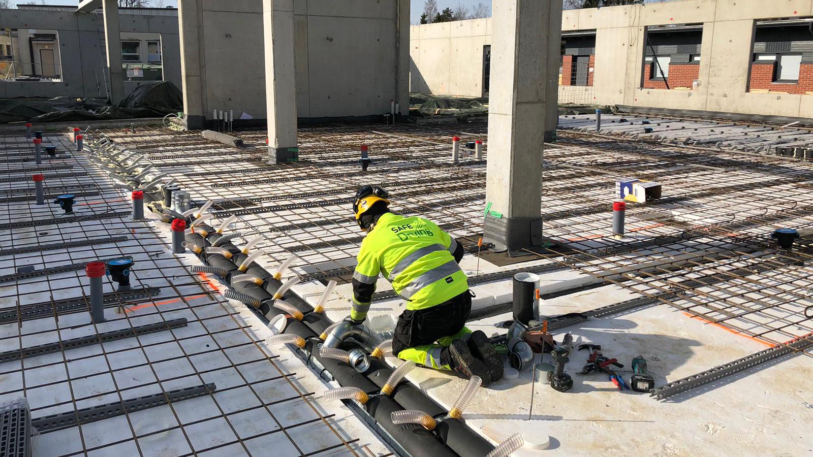 SafeDrying-menetelmä mahdollistaa alapohjan kuivattamisen myös lattiapinnoitteen asentamisen jälkeenkin. Normaalisti rakenteiden kuivuminen loppuu lattioiden pinnoitukseen. Kuvassa asennetaan parhaillaan kosteudenkeruukanavistoa.