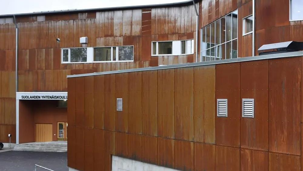 Suolahden yhtenäiskoulun julkisivussa on käytetty Ruukki Cor-Ten® -julkisivuprofiilia, joka muodostaa kauniin harmonisen parin tiilenpunaisten rakennuksen kanssa.