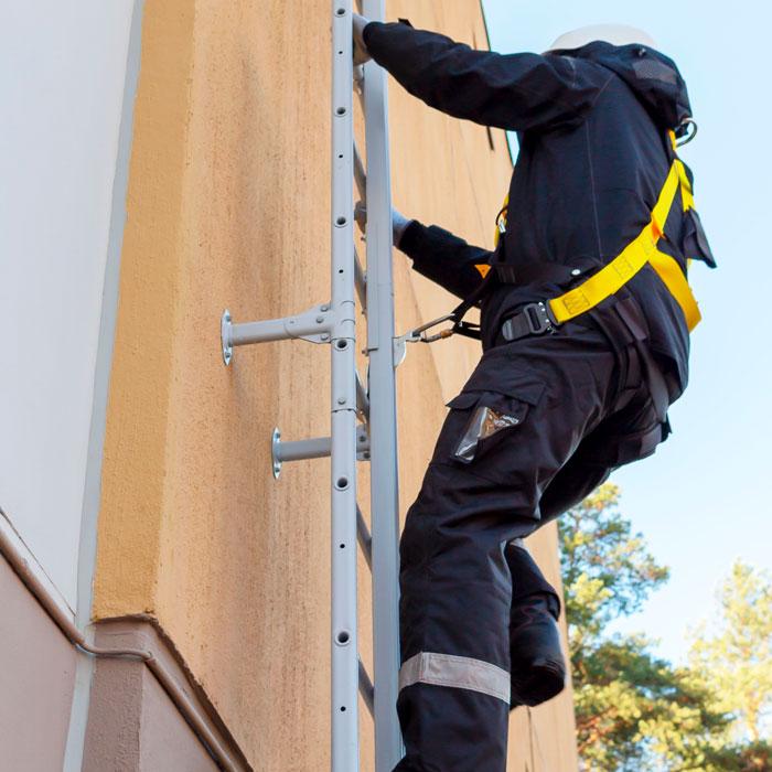 Kulku työkohteeseen – esimerkiksi katolle – pitää pystyä järjestämään turvallisesti