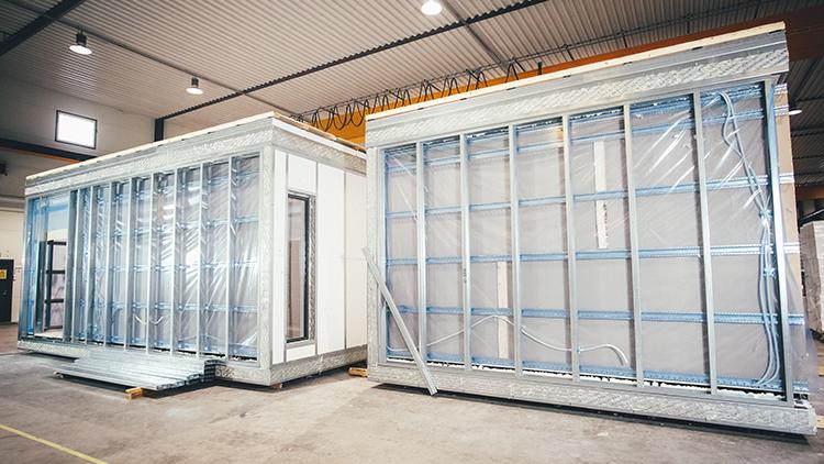 Ennen kuljetusta työmaalle moduulit suojataan erittäin huolellisesti Aulis Lundell Oy:n kokoonpanossa.