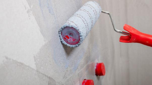 Tartuntapohjuste parantaa vedeneristeen tarttumista märkätiloissa.
