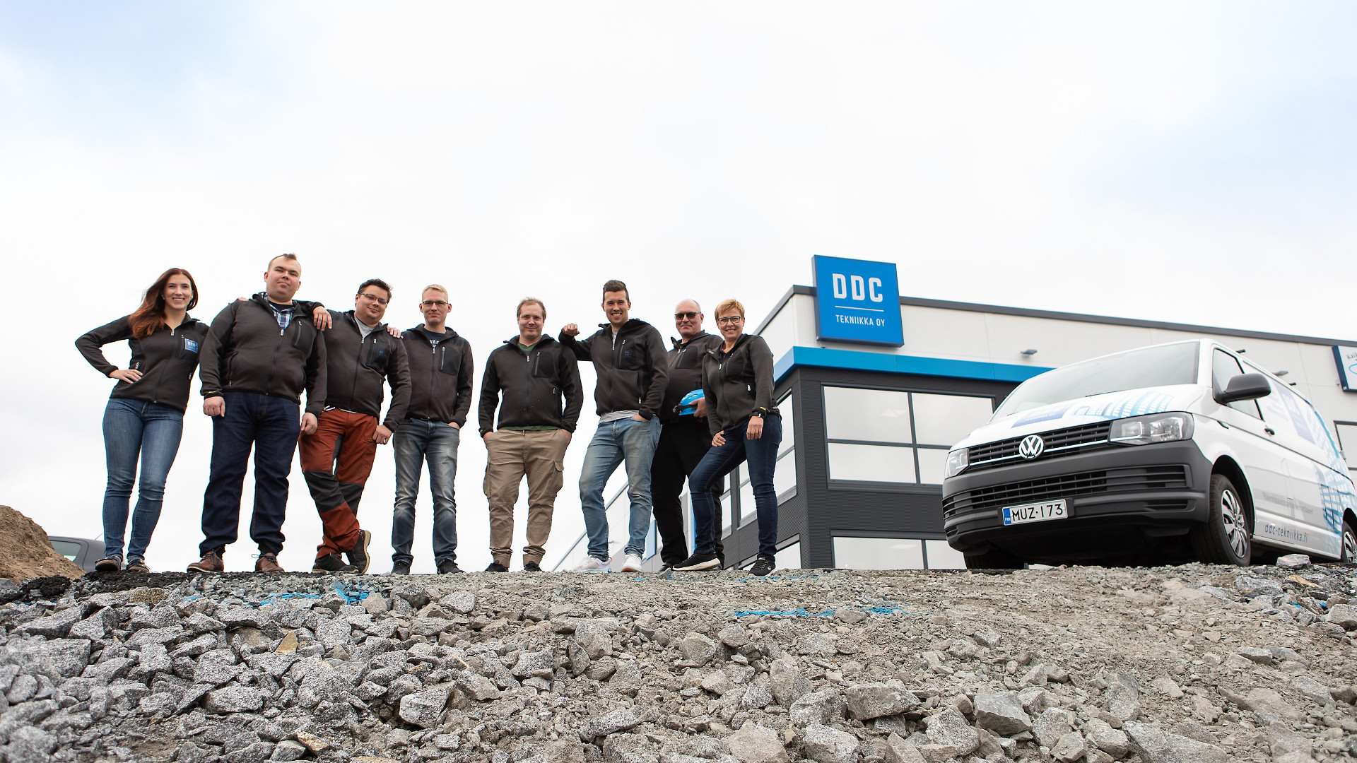 Tamperelainen rakennusautomaatiourakoitsija DDC-Tekniikka sai TT-sertifikaatin ensimmäisenä rakennusautomaatioalan yrityksenä Suomessa. DDC-Tekniikan henkilökuntaa kokoontui syksyllä uuden Pirkkalan toimiston pihalle. Kuva: Opa Latvala
