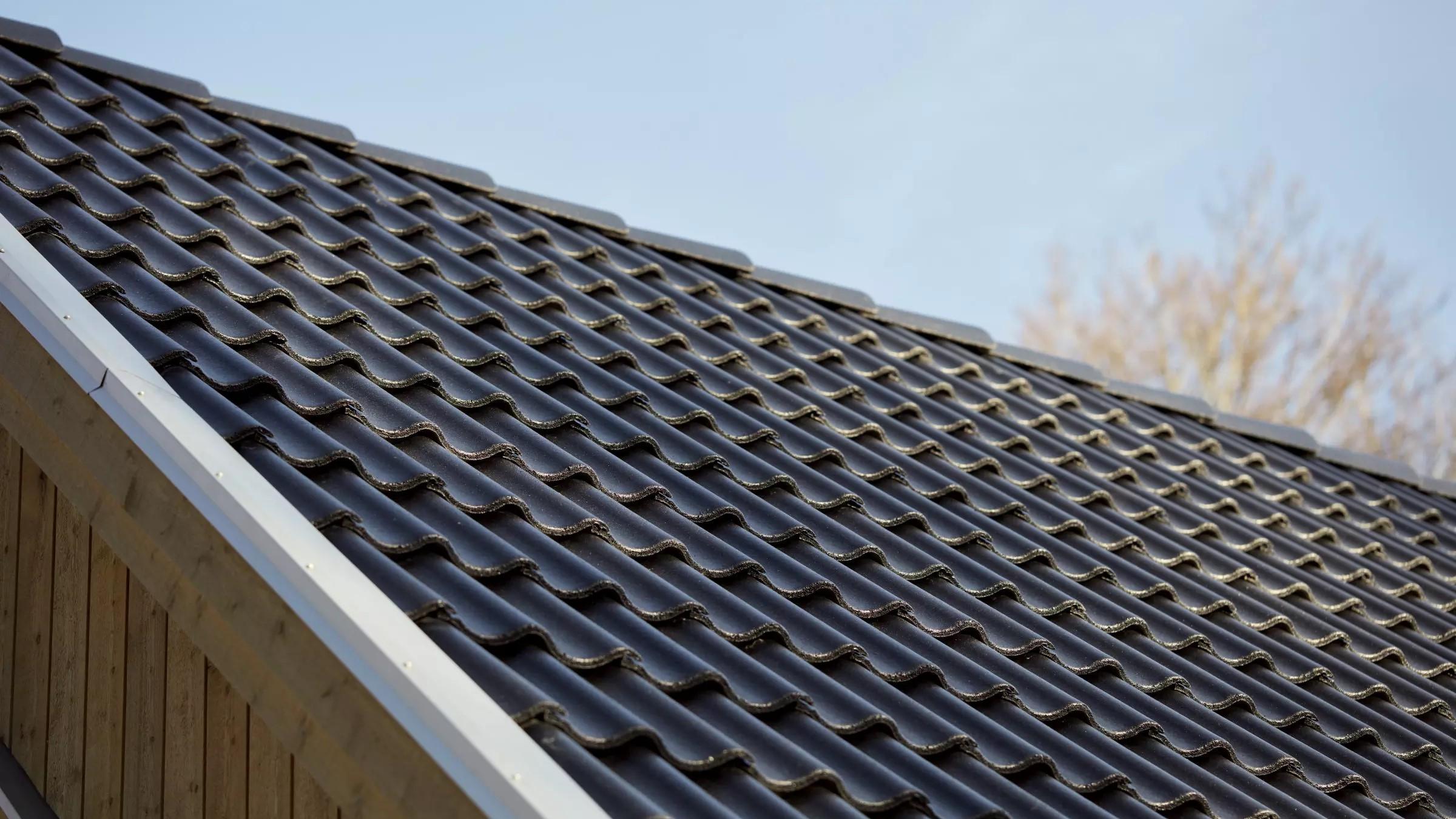 Aerlox-kattotiili on perinteikkään ulkonäkönsä lisäksi kevyt ja kestävä uuden betoniseoksen ansiosta.