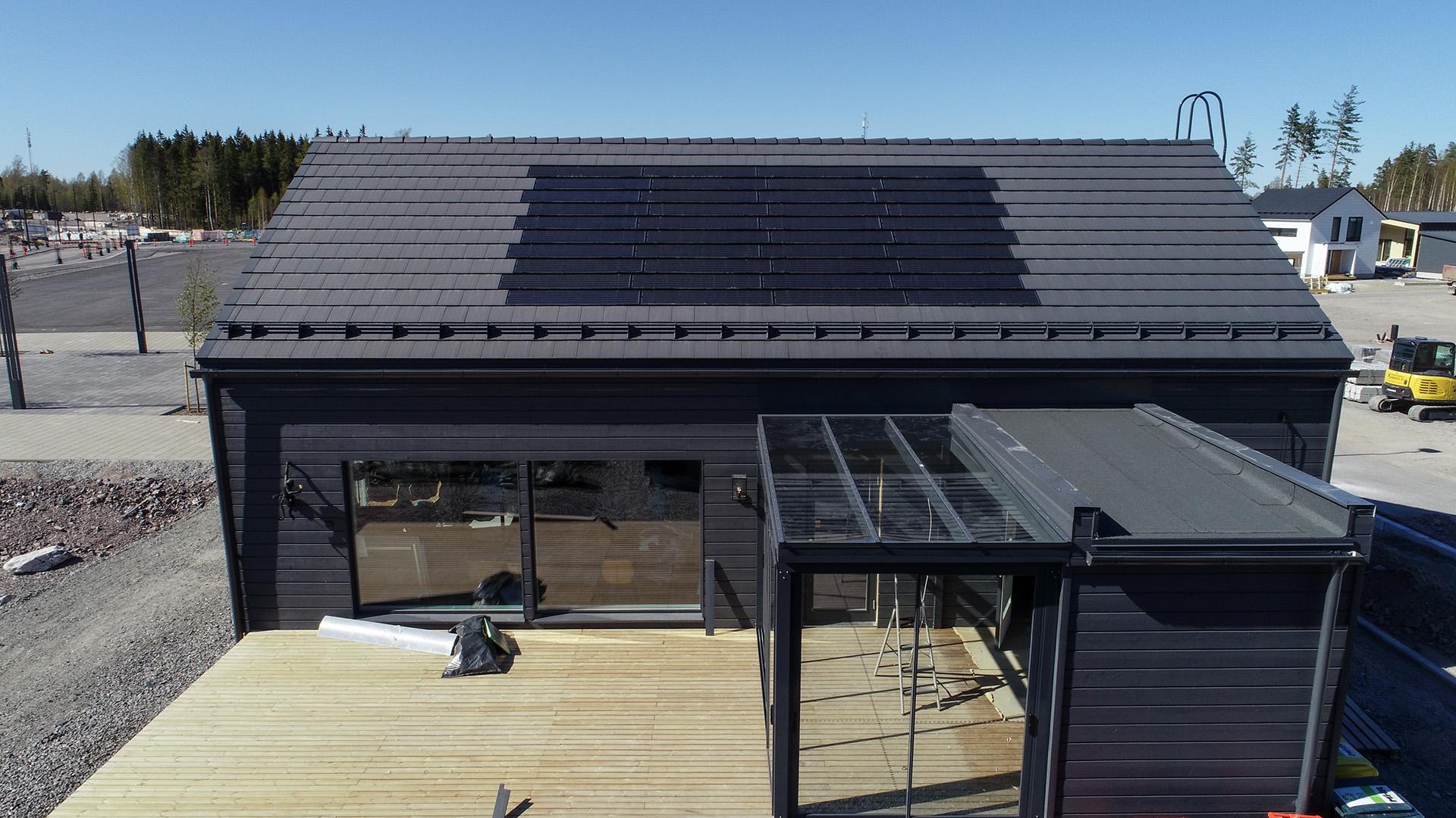 Integroitavat aurinkopaneelit sulautuvat osaksi Ormax EVO -tiilikattoa.