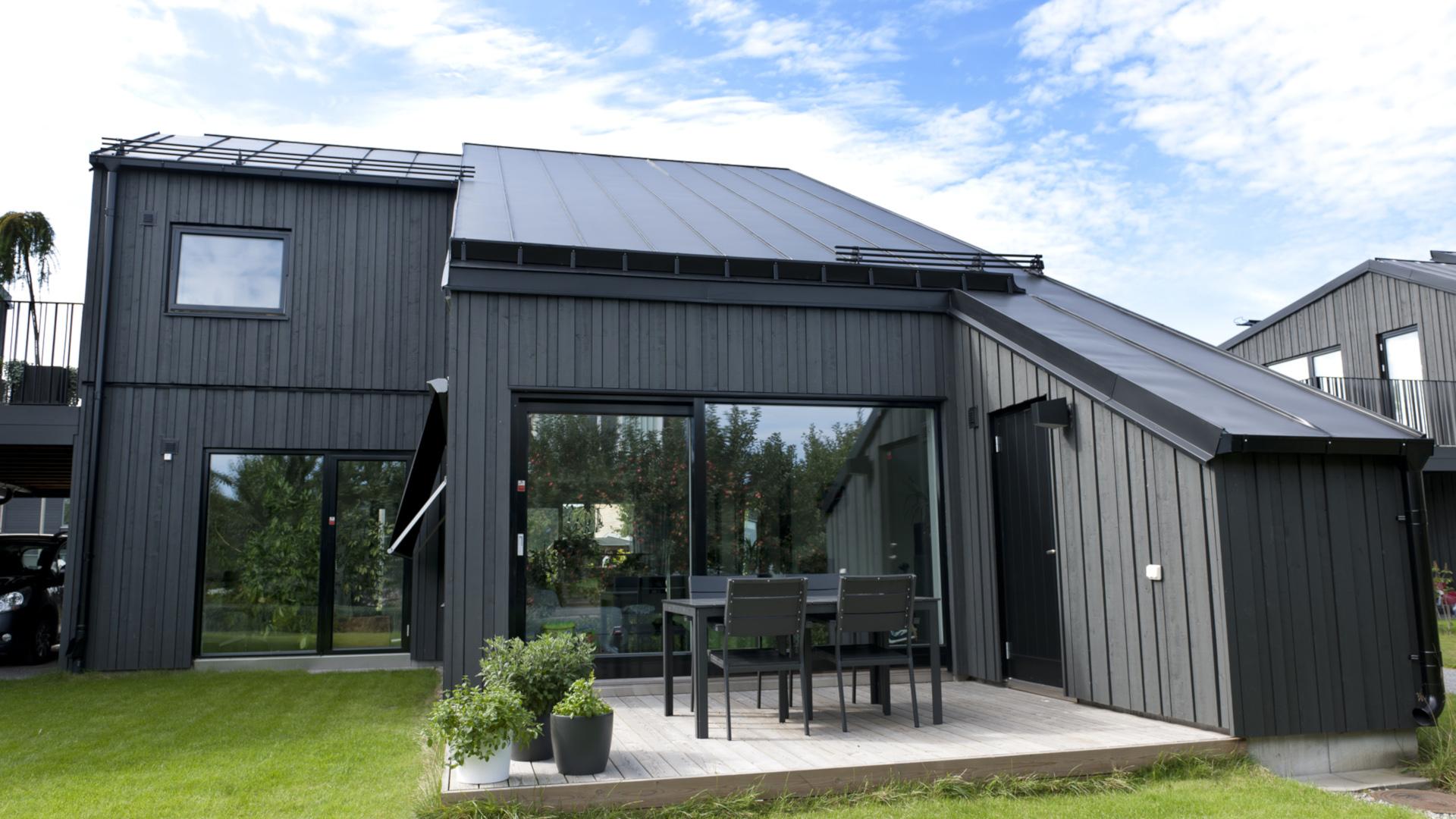 Tyypillisesti GreenCoat®-teräksestä valmistettu peltikatto kaipaa huoltomaalausta vasta 30–40 vuoden päästä asennuksesta, ja huoltomaalauksella peltikatto saa taas jopa 20 vuotta lisää käyttöikää. GreenCoat® onkin hinta-laatu-suhteeltaan erinomainen sijoitus, jolla saadaan talolle laadukas ja huoleton katto vuosikymmeniksi.