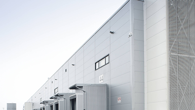 Wihyri Oy:n tehokas logistiikkakeskus on toteutettu kokonaisuudessaan Ruukin paneeleilla. Kylmätiloihin on käytetty SP2E X-PIR FI sandwich-paneelia.