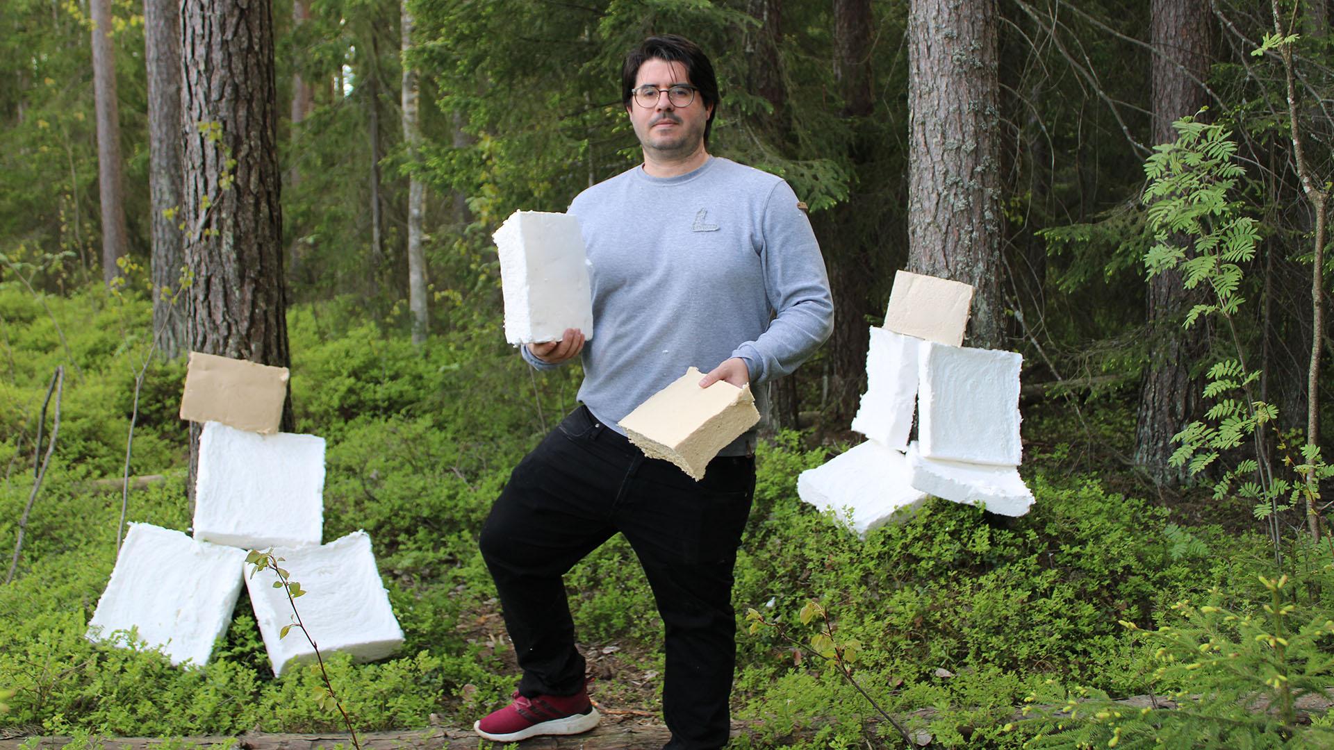 Kuvassa tohtorikoulutettava Jose Cucharero, jonka väitöskirjatutkimus käsittelee luonnonkuitujen ominaisuuksien vaikutusta äänen absorptioon ja kuitujen hyödyntämistä huoneakustiikassa.