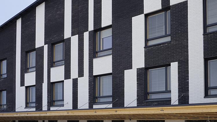 Hiidensalmessa hoivatilojen talon julkisivussa on tyylikkäällä tavalla yhdistetty Wienerbergerin Grafiitinmustaa ja Superwhite Retro -tiiltä.