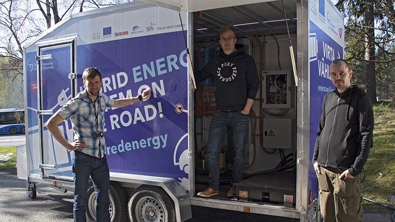 TAMKin Enervara-hankkeessa on rakennettu hybridienergiajärjestelmä, jonka tavoitteena on mahdollistaa energianmurrokseen liittyvät sähkökäytöt. Suunnittelijoina ovat toimineet lehtori Lauri Hietalahti ja lehtori Klaus Virtanen. Toteutuksen tekivät TAMKista insinööriksi (AMK) valmistunut Samuli Alanen ja Toni Markkula. Markkula valmistuu piakkoin sähkövoimatekniikan AMK-insinööriksi. Kuvassa vasemmalta Aki Korpela, Samuli Alanen ja Toni Markkula. Kuva: Emmi Suominen, TAMK
