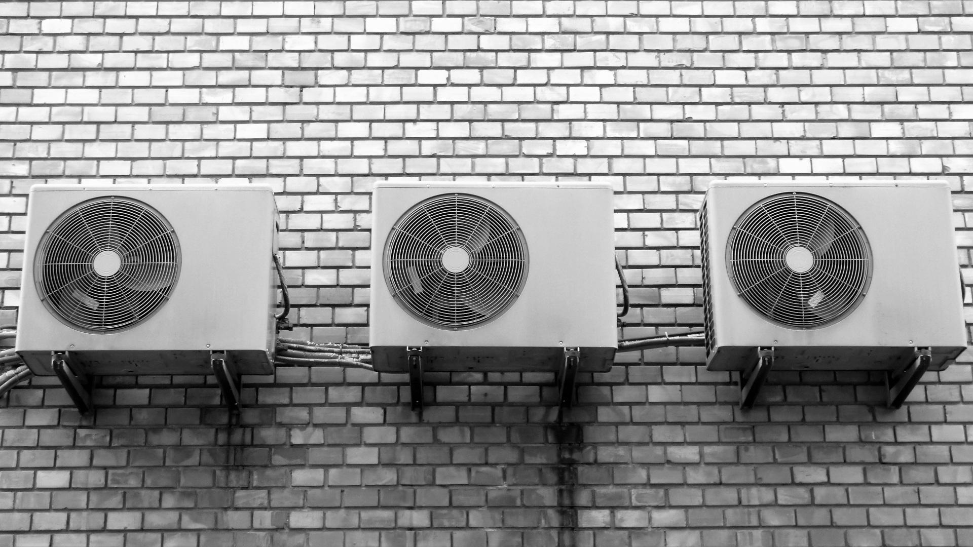 Ilmalämpöpumpun asentamiset julkisivuilla aiheuttavat taloyhtiöissä kriittisyyttä ulkoyksikköjen ulkonäön ja mahdollisten meluhaittojen takia.