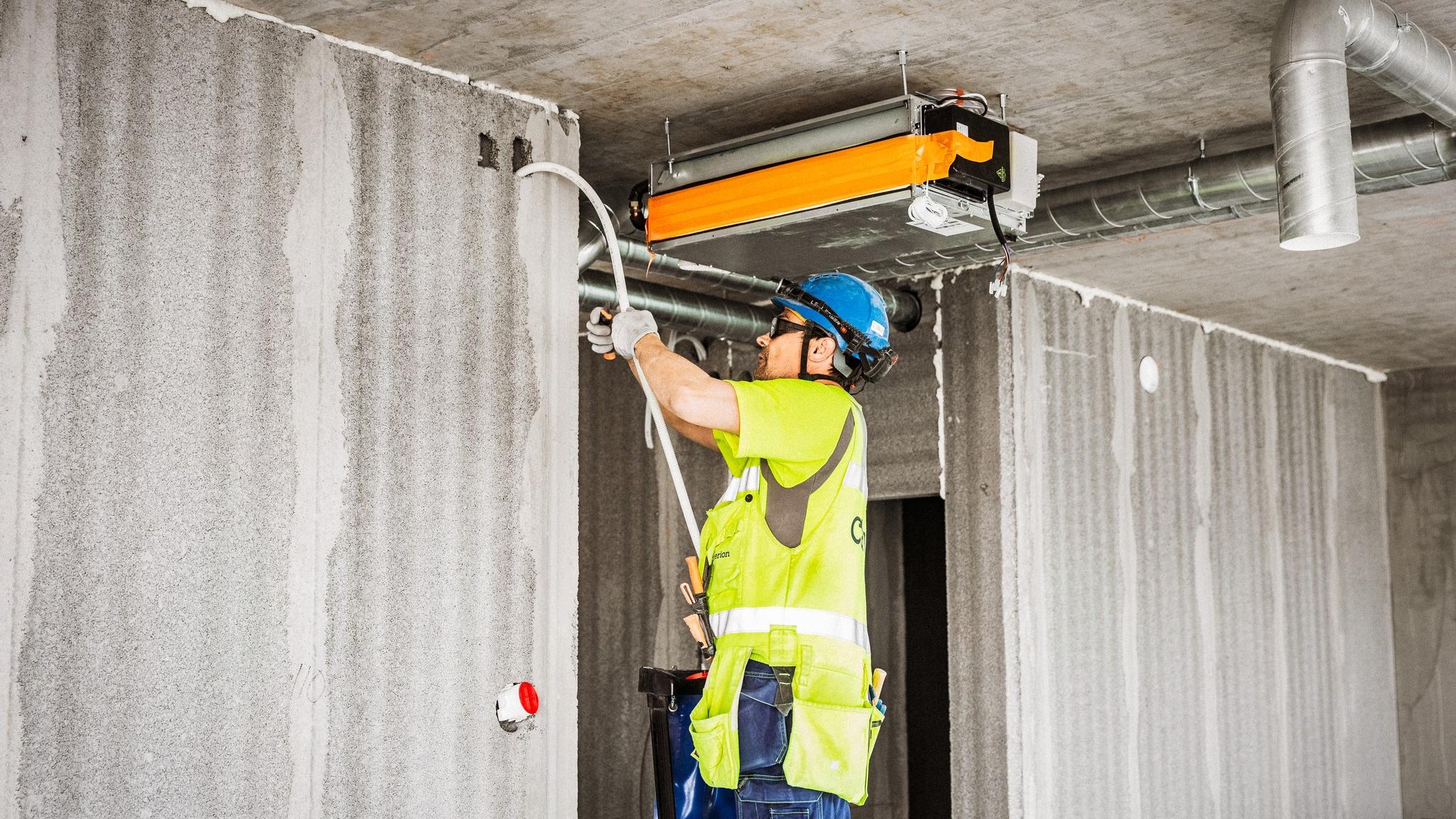 Pystysaumoista pontatuista, ontelorakenteisista ja suorista AKO Wall -elementeistä saadaan nopeasti suoraa vesieristysvalmista kivirakenteista väliseinää, jonka onteloita voidaan helposti käyttää LVIS-putkituksien asennuksiin.