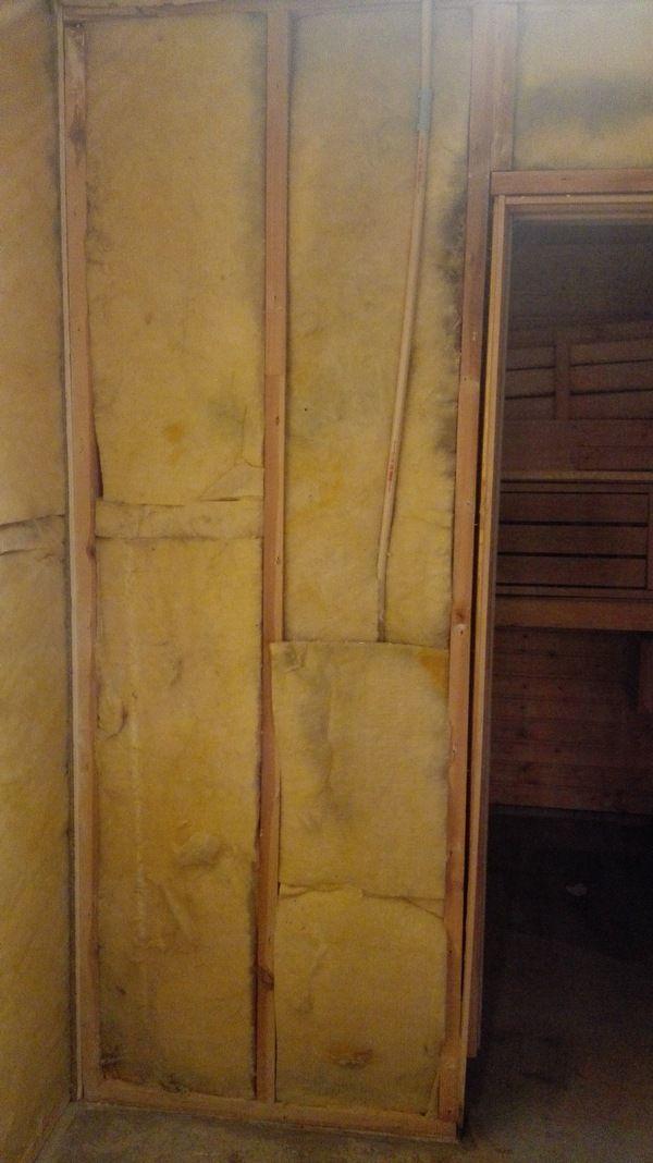 Kylpyhuoneen seinän koolaus