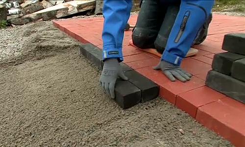 Keraamiset pihatiilet valmistetaan luonnon raakaaineista. Ne soveltuvat niin puutarhojen kuin kaupunkimaisemankin elävöittämiseen. Piha